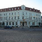 Blick vom Jägertor über die Kreuzung auf das Hotel