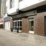 Außenansicht: Eingang Amaryl City-Hotel (www.hotel-amaryl.de).
