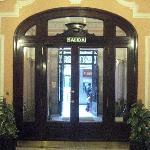 la entrada, con toda la belleza de arguitectura de la epoca