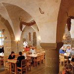 In den einmaligen Kellergewölben mit seinen geschwungenen Sandsteinbögen und dem rustikalen Mobi