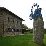 Escultura Lurdeia de Nestor Basterretxea en Casa Rural Lurdeia