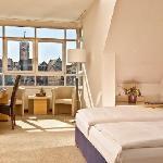 Komfort-Zimmer, Blick über die Donau auf die Steinerne Brücke zum Dom