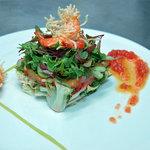 Ensalada templada de langostinos crujientes y aguacate con vinagreta de tomate y caramelos viole