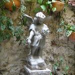 Angel en el patio