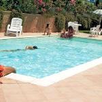Piscina esterna relax in estate