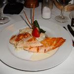 Rico salmón servido en el restaurante Mediterraneo