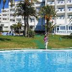 Hôtel et piscine extérieur
