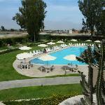 La piscina y habitaciones alrededor