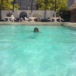 Nadando en alberca limpia Auto Hotel Ritz