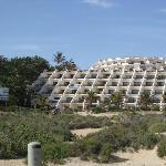Widok z plazy na hotel