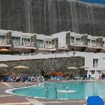 Bilde av bassenge med hotellrommet i bakgrunnen