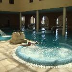 jacuzzi en la piscina interior