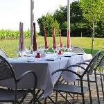 Le dîner va être servi sur la terrasse.