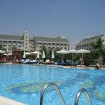 Poolanlage und Hotel im Hintergrund
