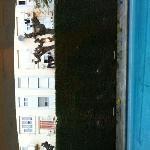 La vue des chambres donnant sur la piscine