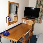 HIE Gatwick Crawley - 1DBL & Sofa bed room - working area with flat-screen TV