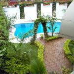 la piscine depuis la terrasse de ma chambre