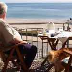 Balkon-Frühstück im Sonnenschein