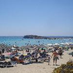 Veduta della spiaggia con l'isoletta Nissi sullo sfondo