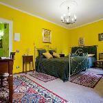 la camera gialla è confortevole silenziosa e riposante