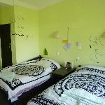 een frisse en ruimte kamer, badkamer met regendouche