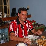 Adrian cenando en casa