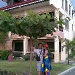 ホテル中庭、友人夫婦