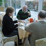 Beim Frühstück im Wintergarten
