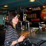 rachel learning to pour her own pint at guiness storehouse
