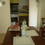 Angolo cucina con sala da pranzo.