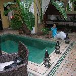 Mónica junto à piscina do Riad Aguaviva