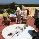 moment de peinture sur la terrasse, la campagne est belle et les paons chantent