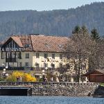 """l'hôtel """"La Réserve"""" vue du lac"""