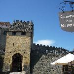 une terrasse face à l'entré du château
