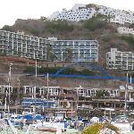 Hotellet tatt fra andre siden av havnen
