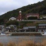 入り江越しに大曽教会を見る