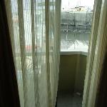 Blick aus dem Fenster auf die Nachbarhäuser