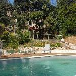 Vue de l'hôtel depuis les bords de la piscine.