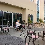 La terraza del Bar musical Bellavista junto a la piscina