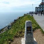 Leuchtturm am Kap Finsterre mit Camino-Marke