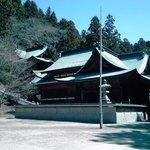 後ろの山に乗る立体的な社殿