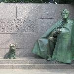 Statue of FDR and dog