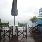 Mesinhas aconchegantes completam o clima romântico e acolhedor da piscina