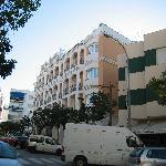 Bajamar ist das beige Hotel in der Mitte