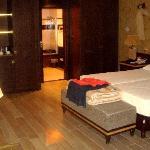 Ruime kamer met ruime badkamer, afsluitbaar met een schuifdeur met een grote spiegel op.
