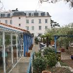 l'hotel avec le restaurant sur la gauche