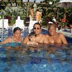 Con la familia en la piscina