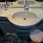Le lavabo avec les gels douches