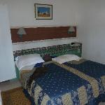 chambres avec un grand lit