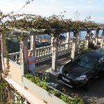 Parkplatz mit Laubengang